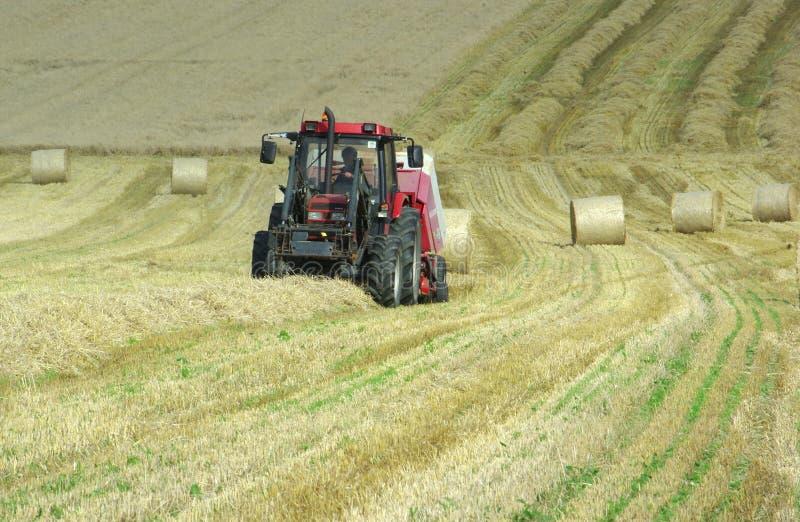 收获干草的拖拉机 免版税图库摄影