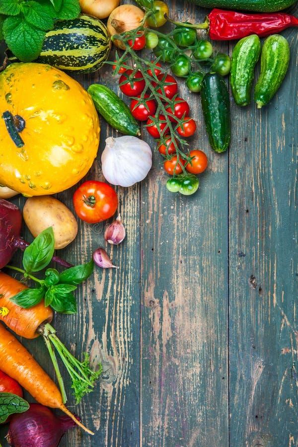 收获新鲜蔬菜在老秋天静物画 库存图片
