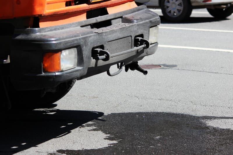 收获浇灌的机器替换物用水的桔子在浇灌前 从喷管的水漏出 免版税图库摄影