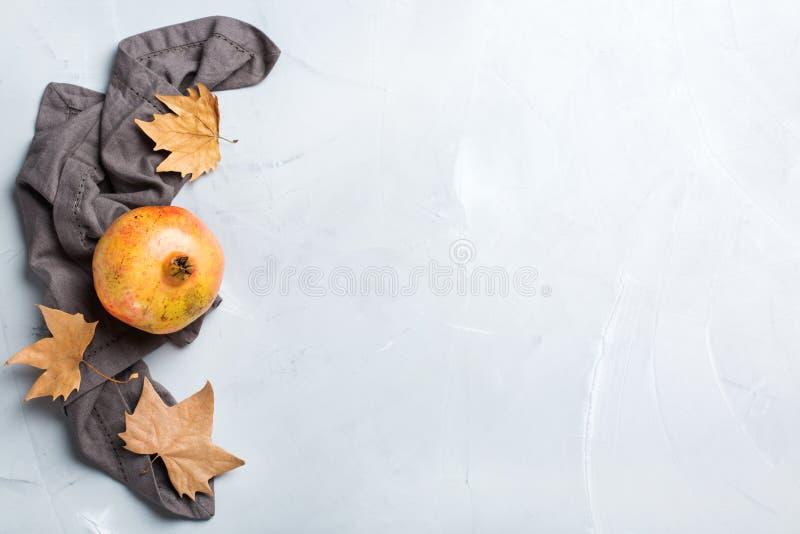 收获秋天秋天概念 成熟水多的石榴 库存图片
