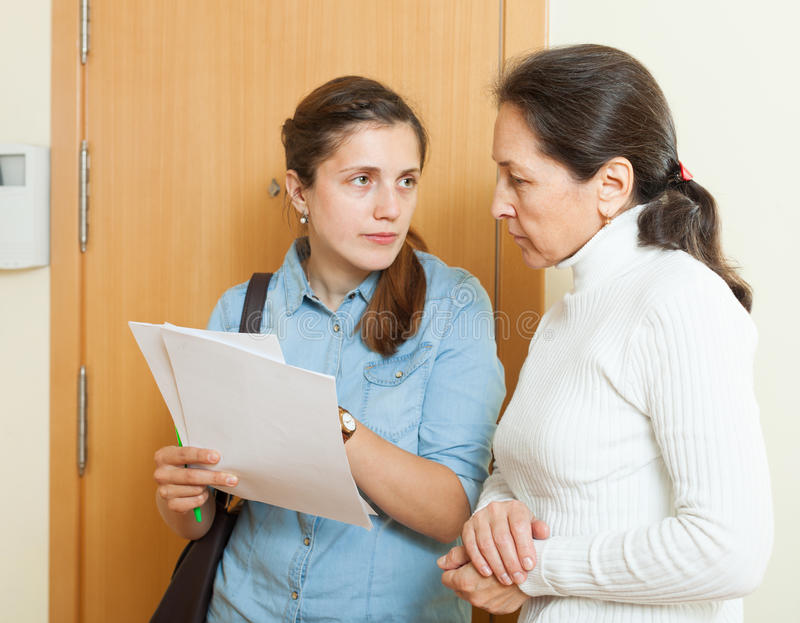 收藏家设法从妇女得到债务 免版税库存图片