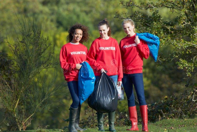 收集废弃物的小组女性志愿者 库存照片