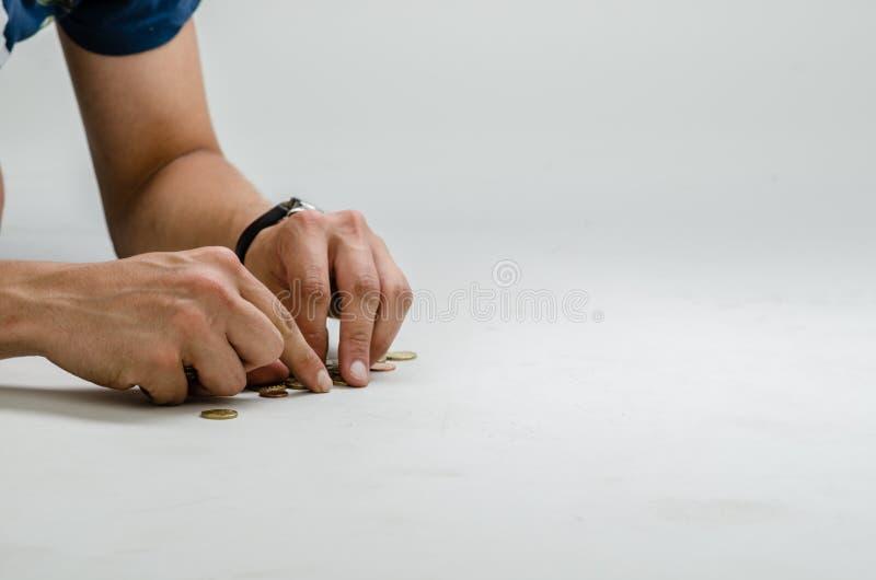 收集欧洲硬币从地面 免版税库存图片