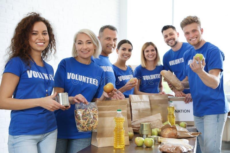 收集食物捐赠的志愿者队  免版税库存照片