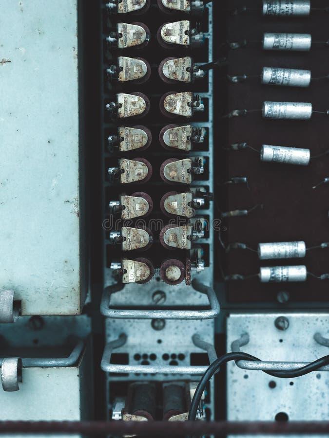 收音机电路板设备的老电容器零件 免版税库存图片