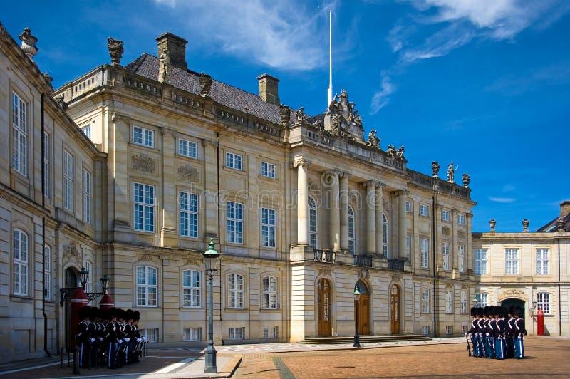 改变卫兵在Amalienborg宫殿,丹麦,哥本哈根 免版税库存照片