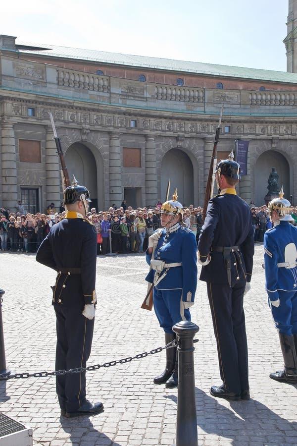 改变在王宫附近的卫兵。瑞典。斯德哥尔摩 库存照片