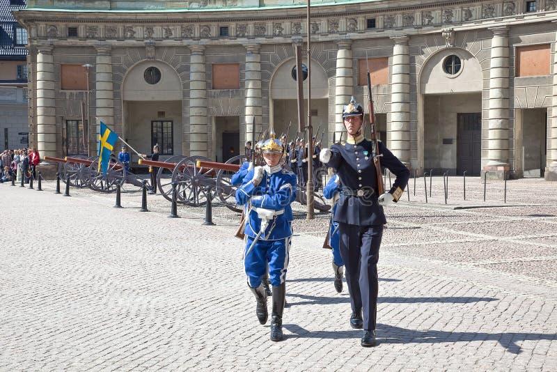 改变在王宫附近的卫兵。瑞典。斯德哥尔摩 免版税图库摄影