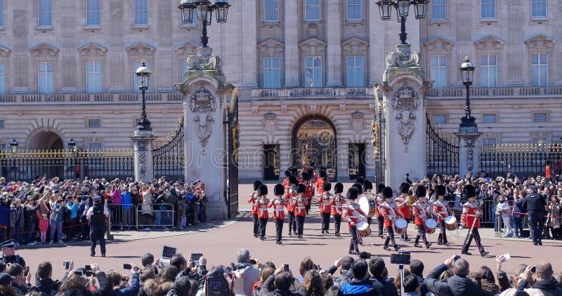 改变在白金汉宫的卫兵,伦敦 女王/王后的卫兵游行前进在制服的 免版税图库摄影
