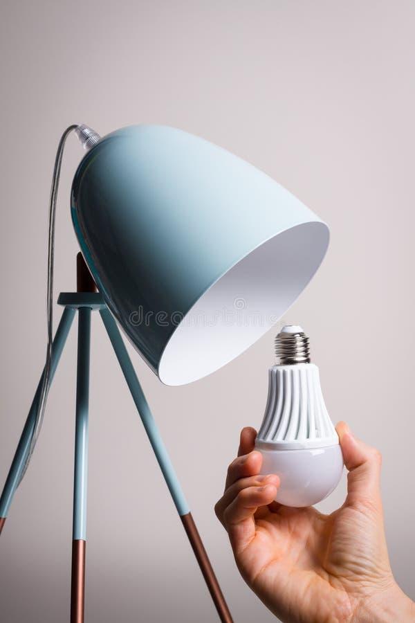 改变电灯泡 库存图片