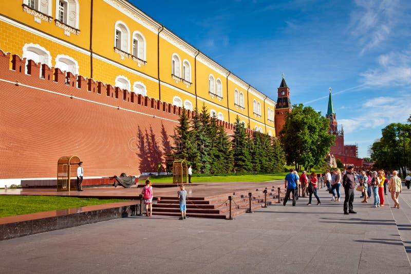 改变的卫兵战士在永恒火焰附近的亚历山大的庭院在莫斯科,俄罗斯 库存照片