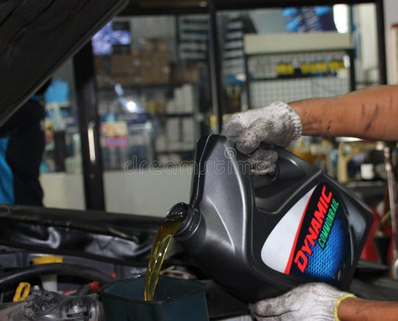 改变的机油和维护发动机在汽车驻地 免版税库存图片