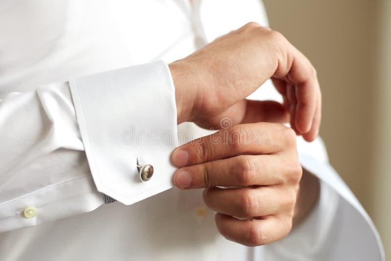 Download 改正他的衬衣的袖子人 库存图片. 图片 包括有 空白, 剪裁, 豪华, 袖口, 关闭, 现有量, 衬衣, 绅士 - 72365503
