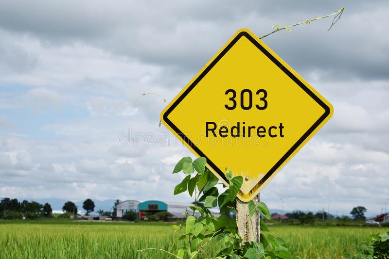 303改路牌方向,并且米在背景中调遣 图库摄影