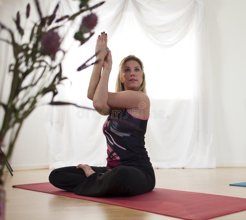 改进肩膀瑜伽的灵活性 库存图片