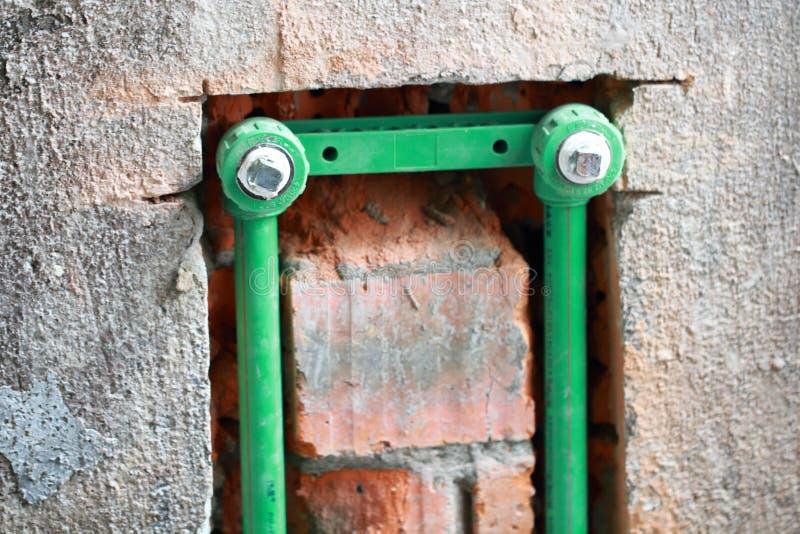 改造工程,在墙壁埋没pvc管子 库存图片