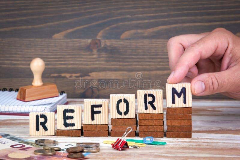 改革概念 在办公桌,情报和通信背景的木信件 免版税图库摄影