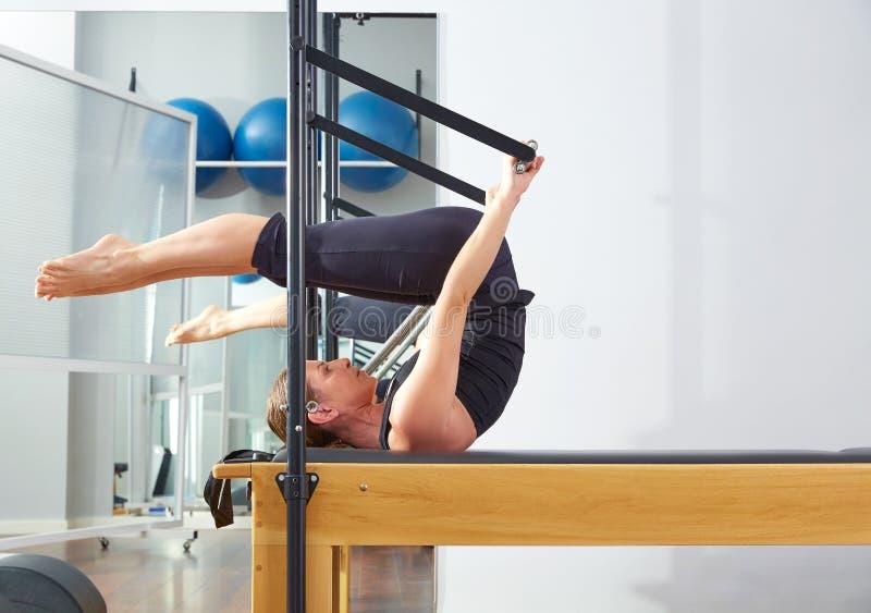 改革者的普拉提妇女变成锻炼 图库摄影