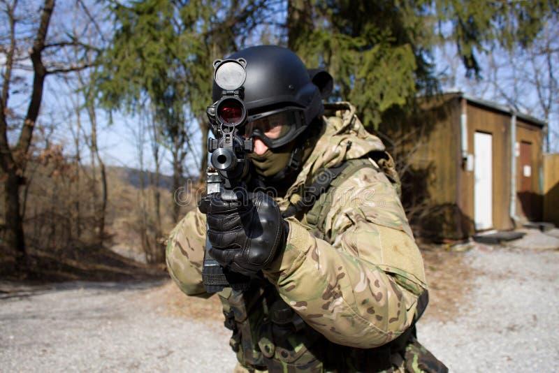 攻击步枪战士 库存照片