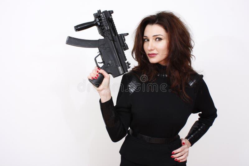 攻击美丽的枪妇女 免版税库存照片