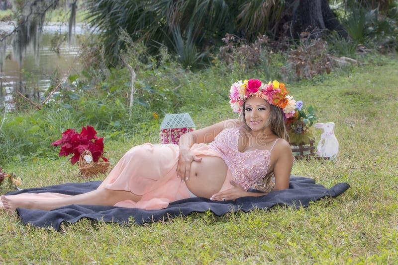 放下与大微笑的骄傲的怀孕的妈妈 库存照片