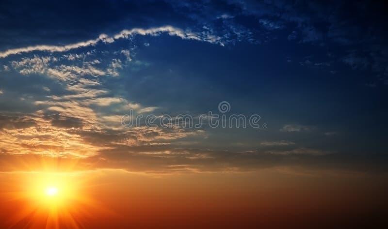 放光太阳美丽的天空 免版税库存照片