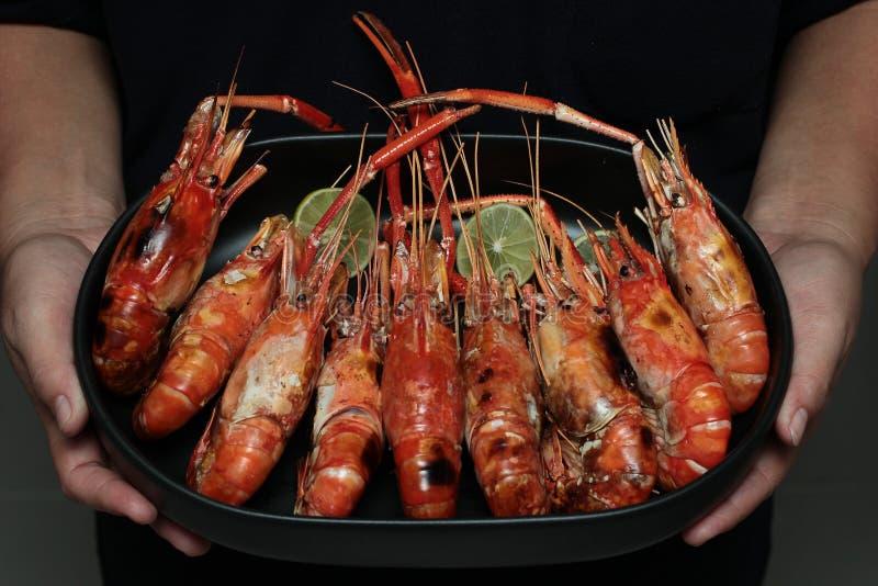 放出的大新鲜的大虾在韩国板材服务 库存图片