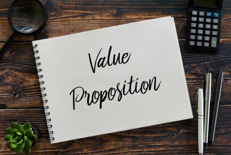 放大镜、计算器、植物、笔和笔记本顶视图写与价值提议 免版税库存照片