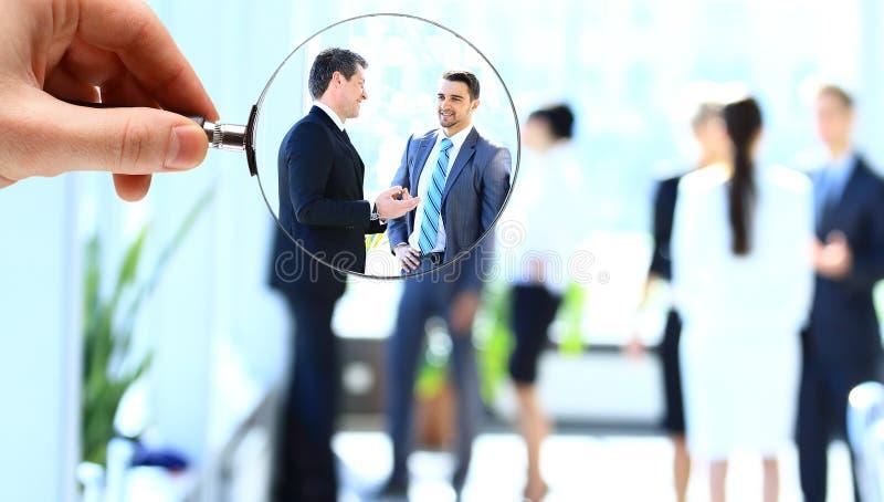 放大镜和商人 免版税库存图片