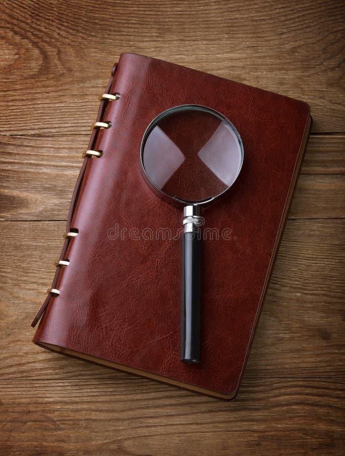 放大镜和日记帐 免版税图库摄影