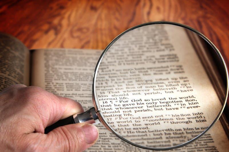 放大镜在著名圣经诗歌约翰3:16 免版税库存图片