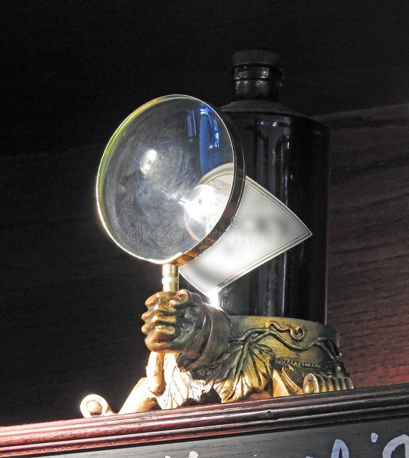 放大镜杜松子酒减速火箭的瓶子固定器 库存图片