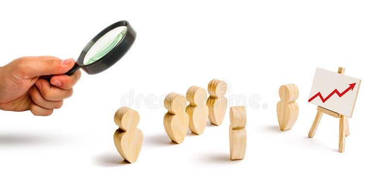 放大镜看人立场木图在形成的并且听他们的领导 企业训练 免版税库存照片