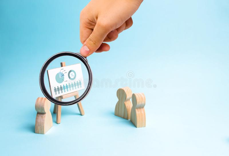 放大镜看商人报告到他的职员简报,关于经营战略的讨论, 库存照片