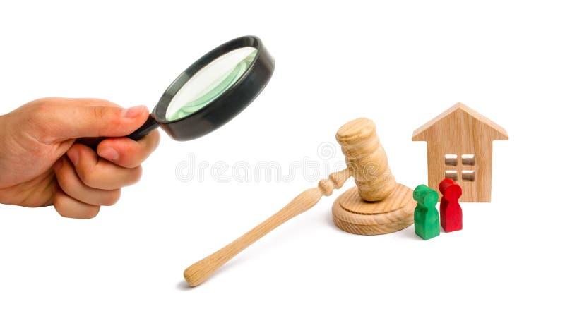 放大镜看有钥匙的木公寓和在白色背景的一把法官锤子 t的概念 免版税库存照片
