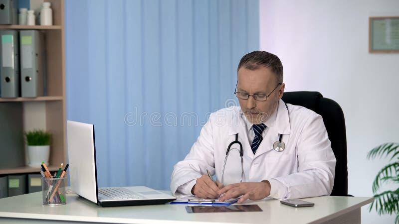 放射学家患者X-射线,医疗保健的文字结果在病历的 库存照片