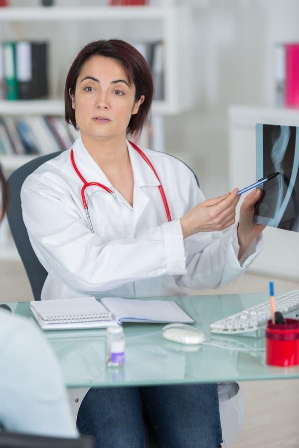 放射学家给pronostic患者 免版税库存照片
