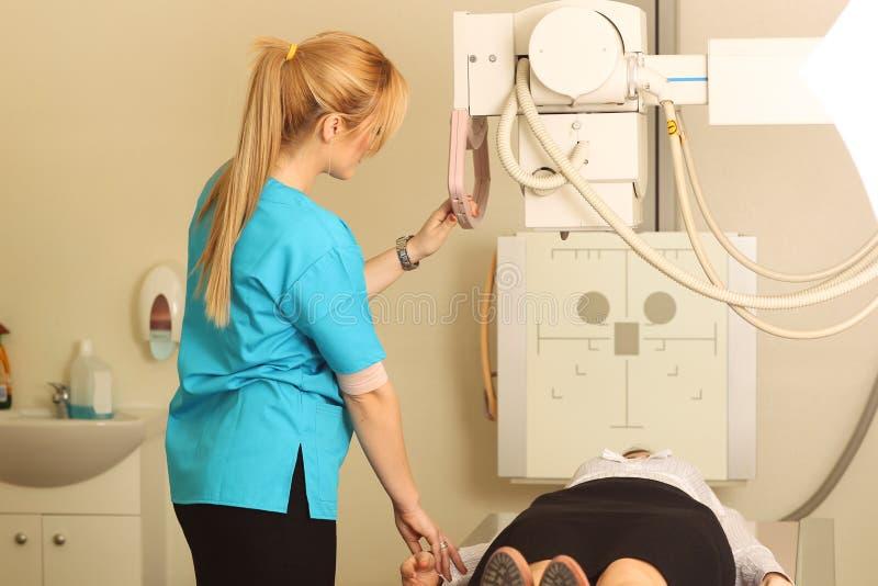 放射性说谎在CT的技术员和女性患者扫描床 库存照片