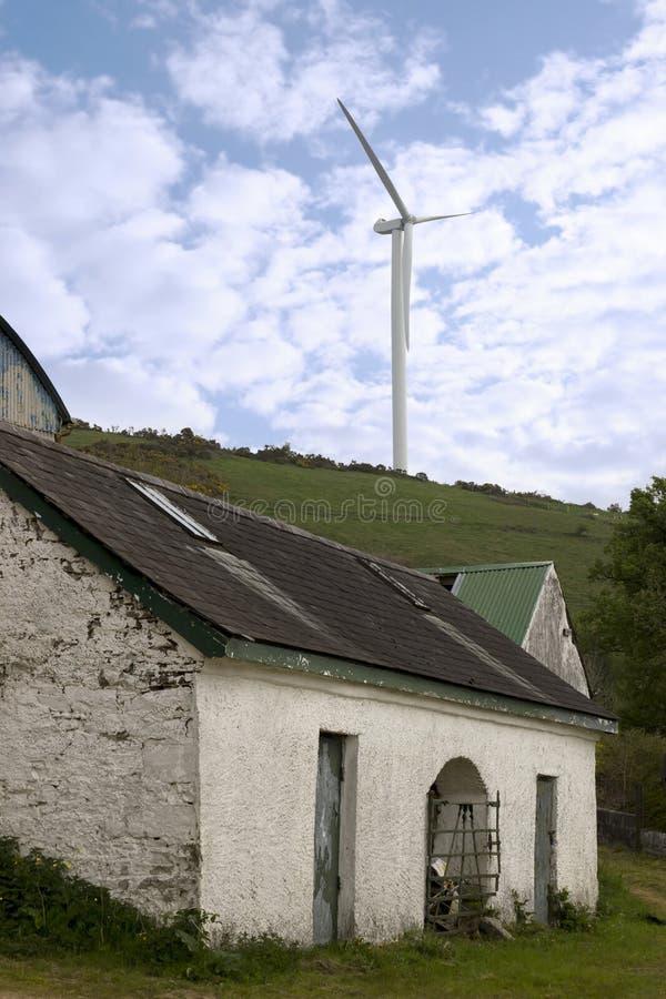 放弃在农场之上流洒风车 库存照片