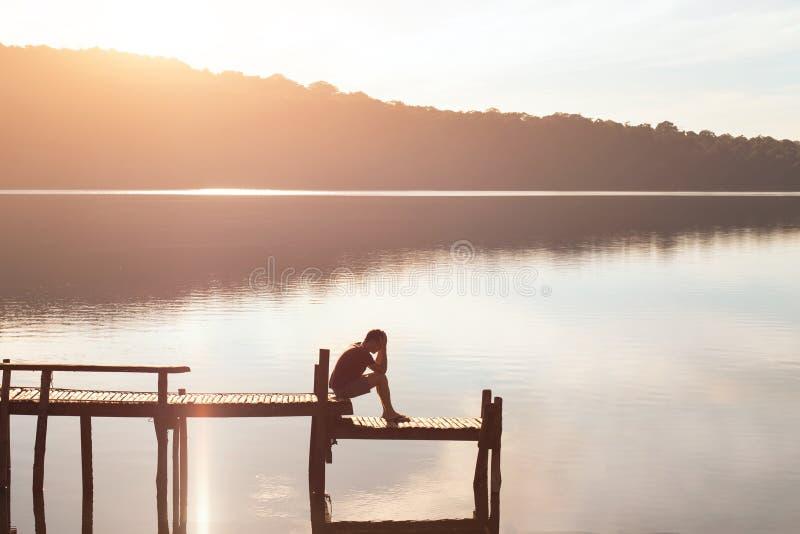 放弃,单独坐哀伤的绝望的人,问题和孑然,失败概念 免版税库存照片