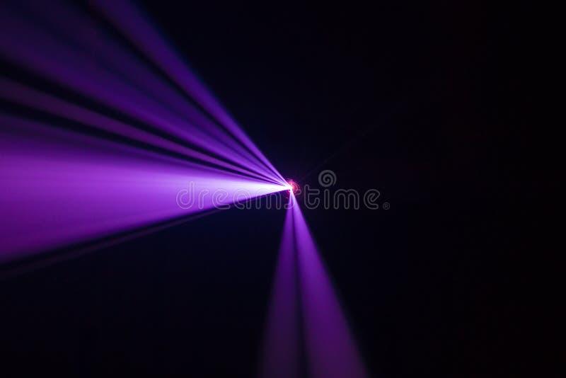 放映机美丽的聚光灯 展示介绍的宽透镜设备在晚上 烟抽象背景 pantone秀丽co 免版税库存图片