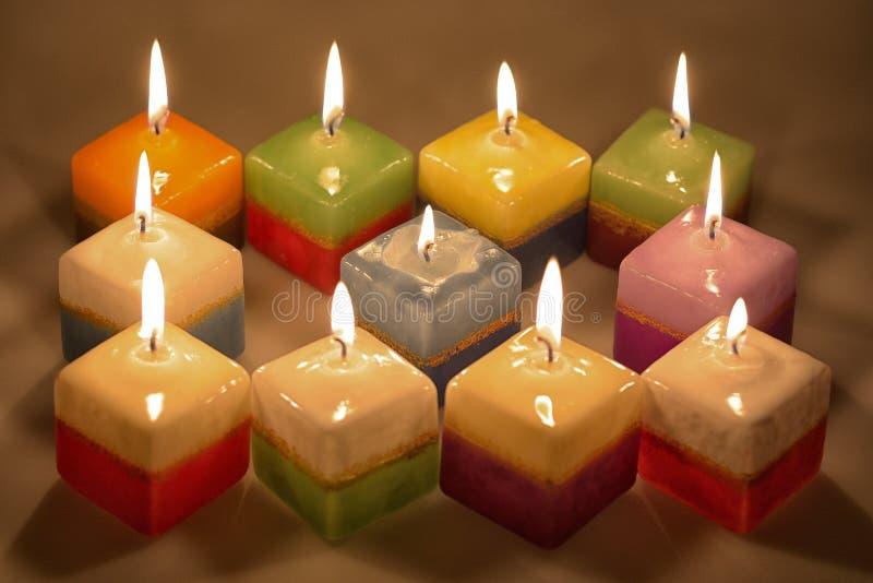 放松与蜡烛立方体的片刻 免版税库存照片