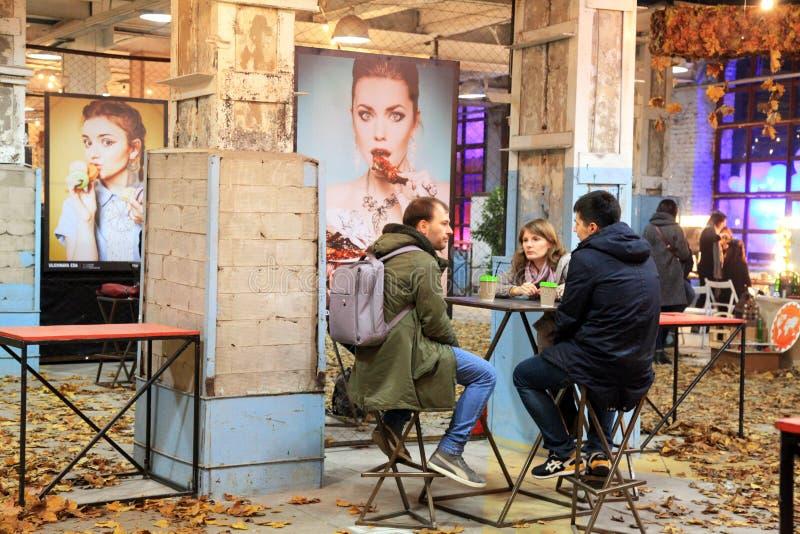 放松与街道食物的Festiva朋友的未认出的人民 免版税库存照片