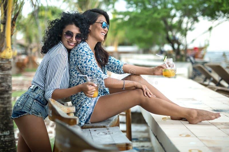 放松与鸡尾酒的女孩 免版税库存图片