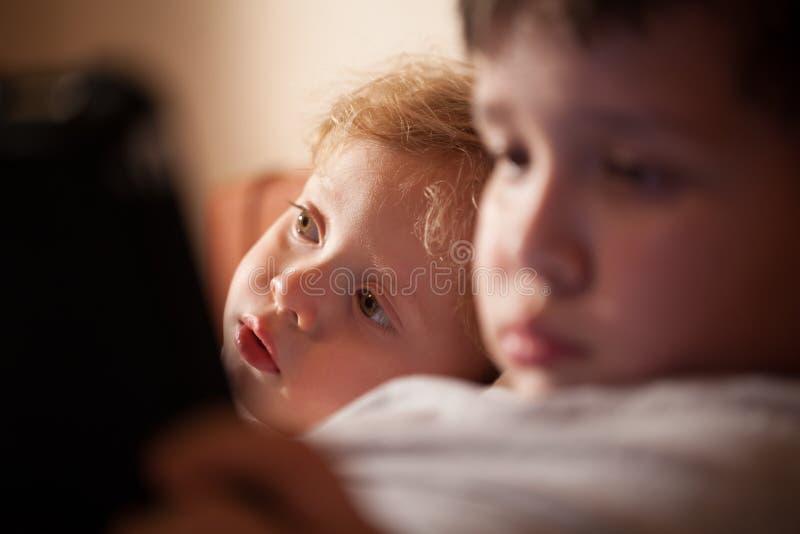 放松与他的兄弟的逗人喜爱的幼儿 库存照片