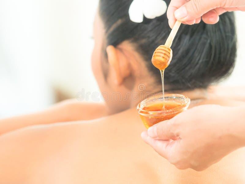 放松与skincare的年轻亚裔美女由在s的蜂蜜 免版税图库摄影