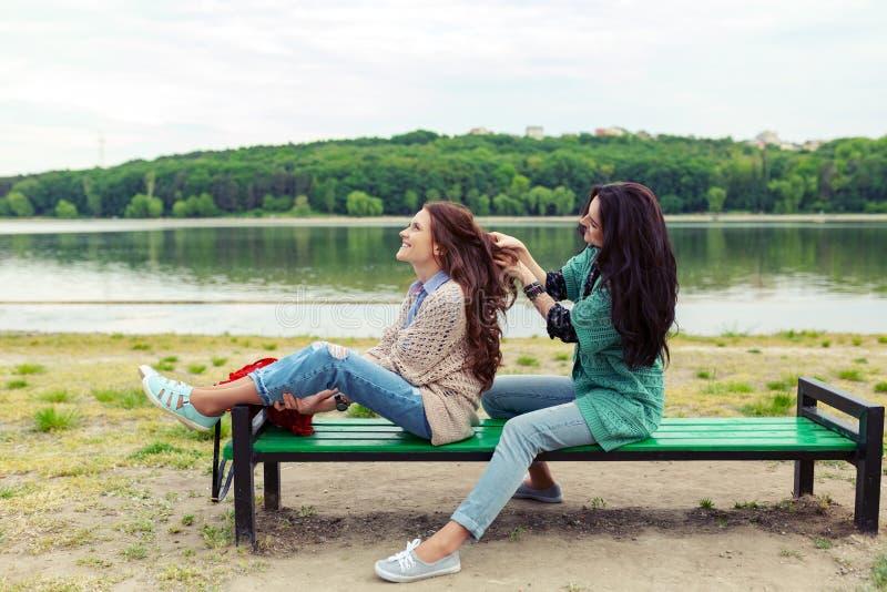 放松两的美女,当做一起时享受时间的发型 图库摄影