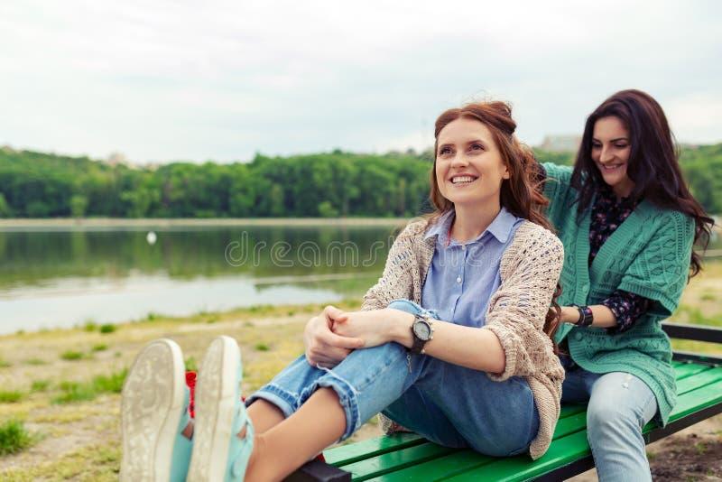 放松两的美女,当做享受时间t时的发型 免版税库存照片