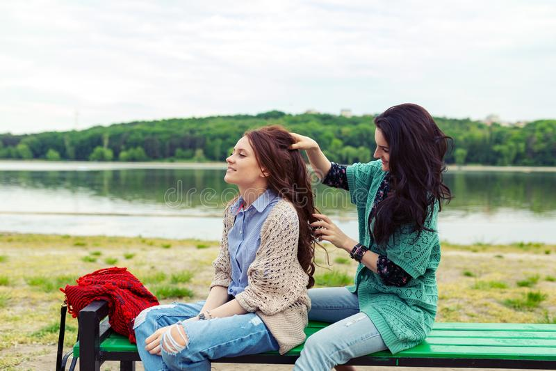 放松两的美女,当做享受时间t时的发型 免版税库存图片