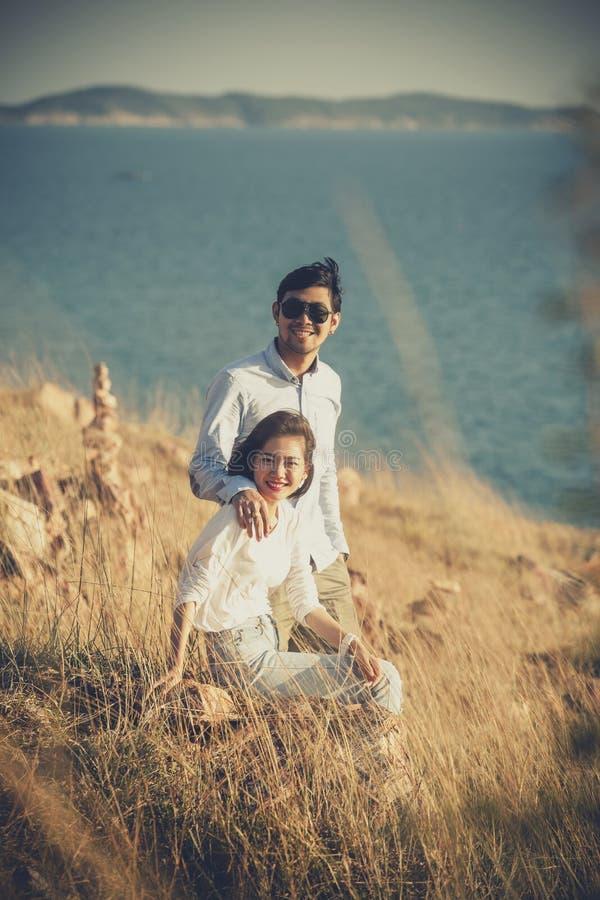 放松充满幸福o的更加年轻的亚裔男人和妇女夫妇  免版税库存照片